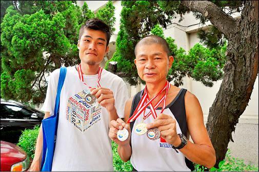薛慶光及兒子薛偉翔參加2010世界倒跑錦標賽